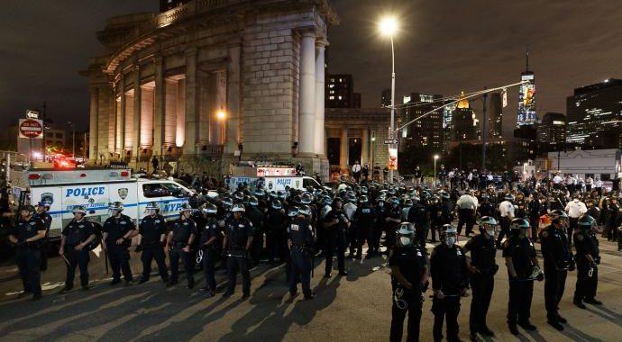 LA POLICÍA DE NUEVA YORK BLOQUEÓ EL PUENTE DE MANHATTAN PARA EVITAR NUEVAS PROTESTAS Y SAQUEOS DURANTE EL TOQUE DE QUEDA